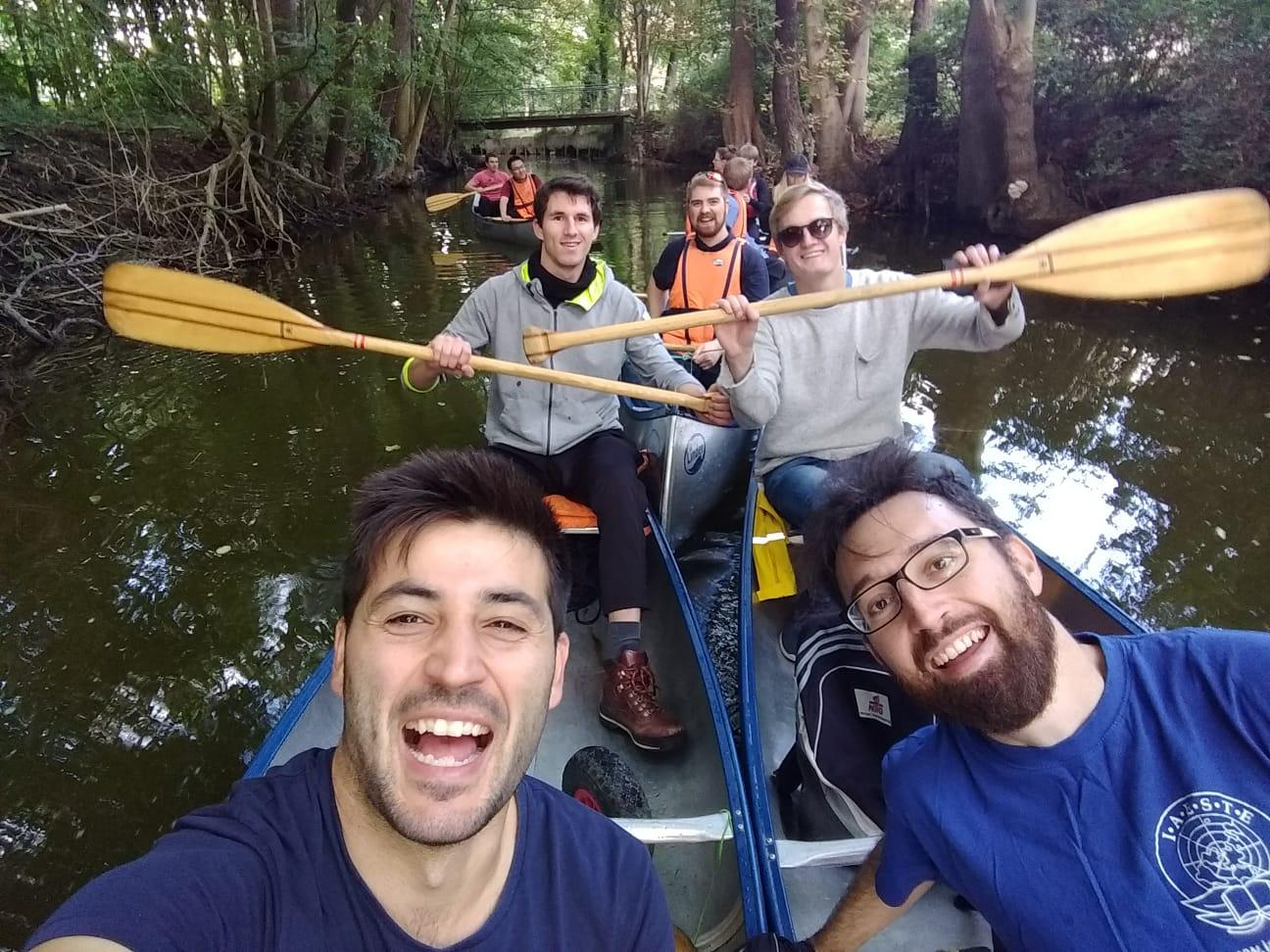 og vi har det sjovt på vores årlige kanotur